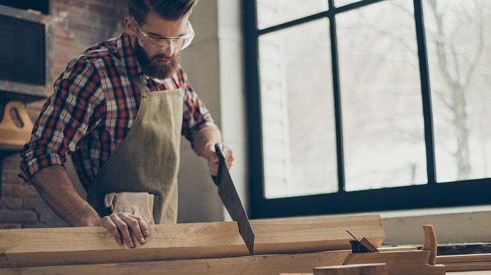 Hombre haciendo trabajos de carpintería de madera en Málaga