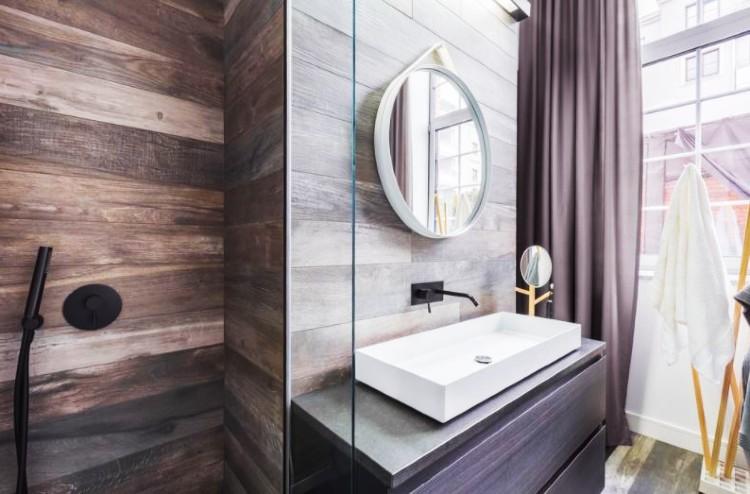 reformas de baños pequeños con revestimiento de madera